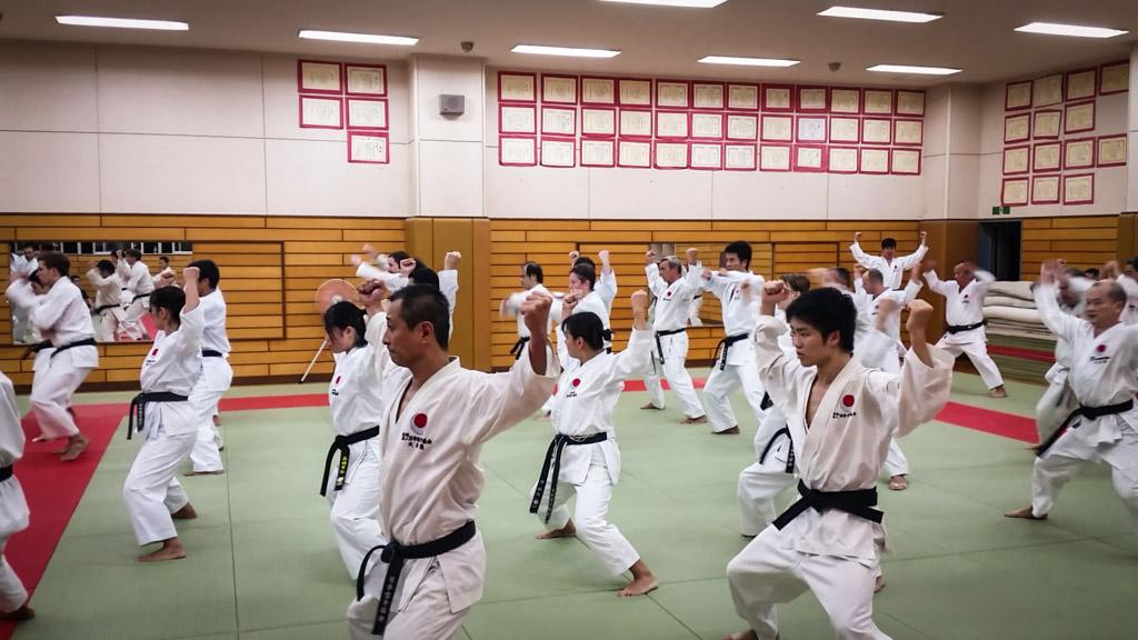 Au dojo de Naka Tatsuya sensei. Les élèves exécutent le kata Chinte